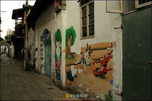 만화캐릭터가 그려진 푸저우 타샹 골목길의 벽들