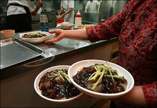 26일 낮 서울 마포구 한 중국요리집에서 손님들이 주문한 자장면이 주방에서 만들어져 나오고 있다.