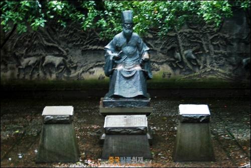 닝보에 있는 가장 오래된 사설도서관 텐이거 안에 있는 범흠의 조각상