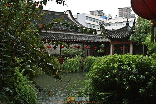 닝보 텐이거의 정원에 비가 내리고 있다