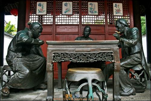 닝보 텐이거 안에 있는 마작 기념관 핑허탕 앞에 중국,미국,일본 사람이 함께 마작을 즐기고 있는 조각상