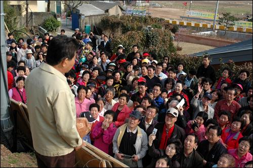 김해시는 노무현 전 대통령 퇴임 뒤 한달만에 봉하마을을 찾은 방문객은 10만여명에 이른다고 밝혔다. 노 전 대통령이 사저 앞 만남의광장에서 방문객들과 인사하는 모습.