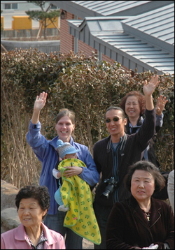 외국인들도 노무현 전 대통령을 보기 위해 봉하마을을 찾고 있다.