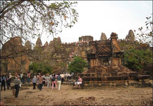 프놈바켕 사원 전경 힌두교의 7개 천국을 형상화해 모두 7층으로 이뤄졌다.