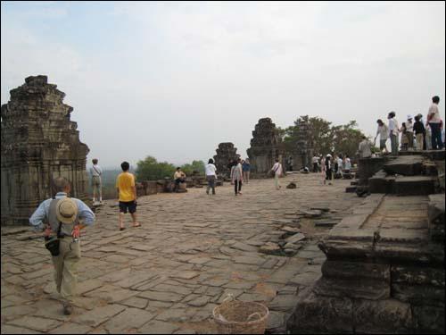 사원 정상의 넓은 광장 중앙 성소탑 주변엔 5개의 탑이 둘러싸고 있는 넓은 광장이 있다.