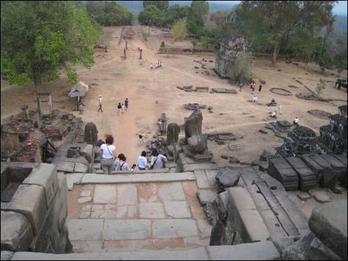 사원아래의 풍경 곳곳이 파괴된 사원 아래. 과거 600년 전에는 목재로 지은 승려들의 공간이 있었다고 한다.
