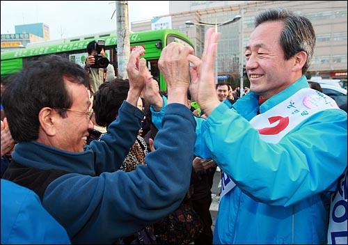 18대 총선 공식 선거운동 첫날인 27일 오후 서울 동작을에 출마한 정몽준 한나라당 의원이 흑석시장을 찾아 지역 주민들에게 자신에 대한 지지를 호소하며 하이파이브를 하고 있다.