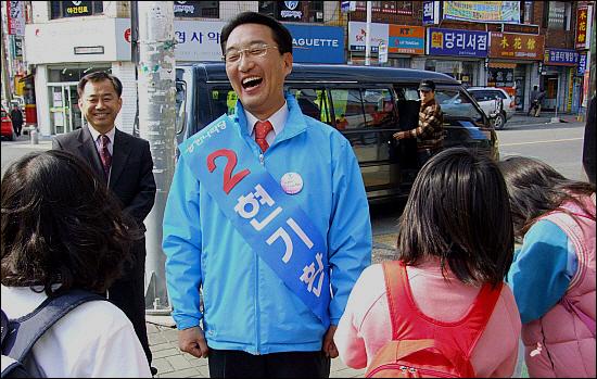 초등학생들과 만난 한나라당 현기환 후보가 아이들의 질문에 답해주다 웃음을 짓고있다