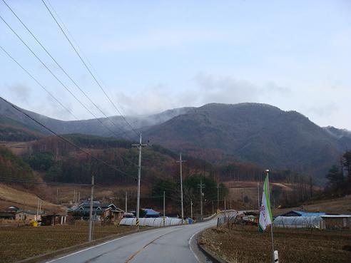 김달삼이 최후를 맞이한 반론산 가는 길. 멀리 눈이 쌓인 반론산이 보인다.