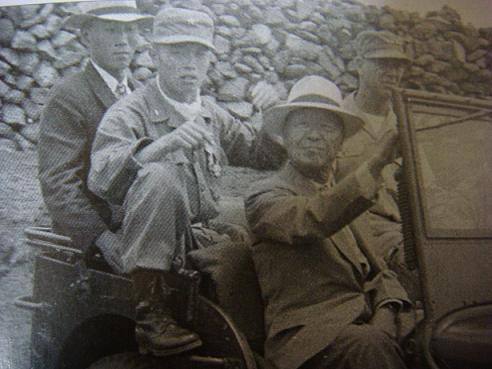 군 지프차를 타고 제주도를 순시중인 이승만 대통령. 뒷줄은 미8군 사령관 뱉폴리트 대장과 제1훈련소장인 장도영 준장. 정부기록보존소 소장 사진이며, 제주 4.3 사건 진상조사보고서에 수록된 사진을 찍었다.