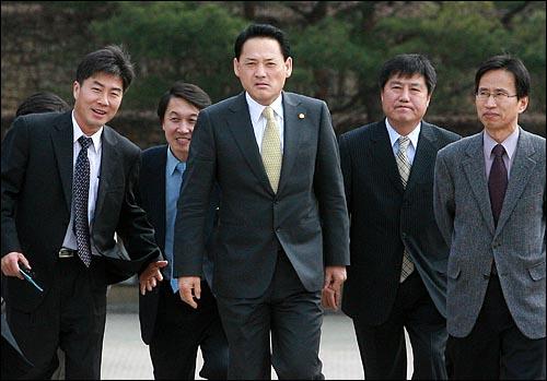 유인촌 문과체육관광부 장관이 1일 오후 경기도 과천시 국립현대미술관에서 업무보고를 받기 위해 도착하고 있다.