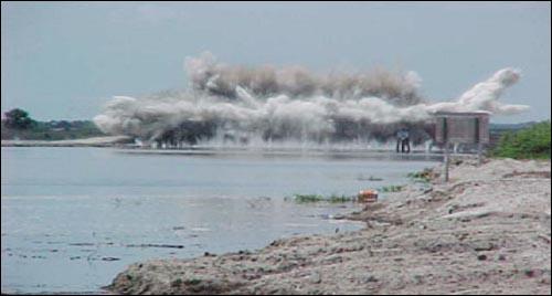 강복원을 위한 구조물제거 폭파장면