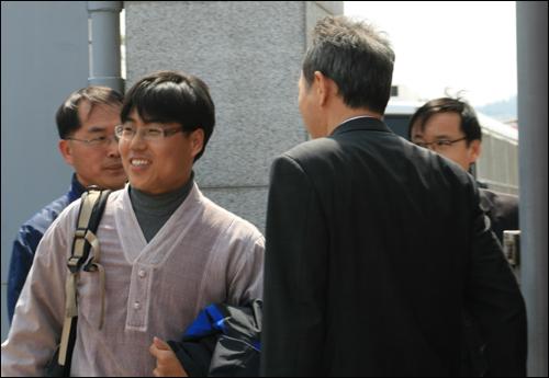 최보경 교사가 2일 오후 이석태 변호사(오른쪽)와 함께 경남 진주 소재 경남지방경찰청 보안수사대에 출두하고 있다.