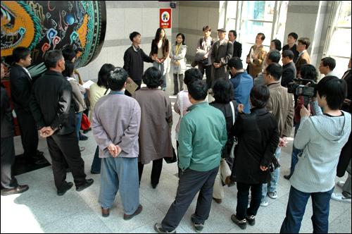 간디학교 재학생과 졸업생, 학부모, 교사들이 기자회견을 마친 뒤 진주시청 현관에 모여 대책을 논의하고 있다.