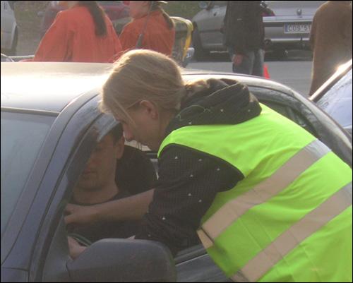 '비자 가지고 오셨어요?' 국경에서 운전자들에게 비자를 발급해주는 국경수비대원.