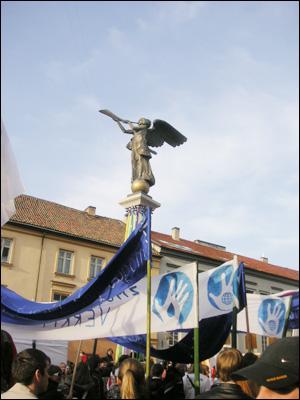 우주피스의 상징인 천사상과 우주피스 공화국 국기.