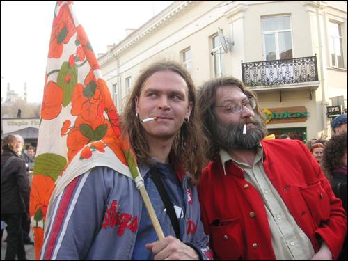 천국대사직을 맡고 있는 '바람'씨(왼쪽)와 외무부 장관 토마스(오른쪽).