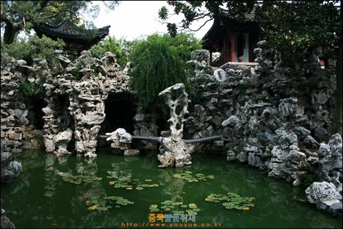 양저우 거위엔의 인공 산과 연못