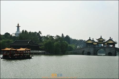 양저우 셔우시후 호수, 왼편에 백탑, 오른편에 다섯개 정자로 쌓은 다리인 우팅챠오