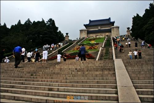난징 중산링의 쑨원 무덤인 지탕이 보이고 계단이 가파르다. 가운데 꽃밭을 꾸몄다