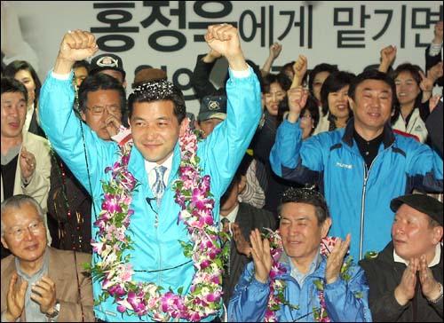 18대 총선 서울 노원병 지역에 출마한 홍정욱 한나라당 후보가 9일 저녁 자신의 선거사무실에서  당선을 확인한 뒤 지지자들과 함께 만세를 부르고 있다.
