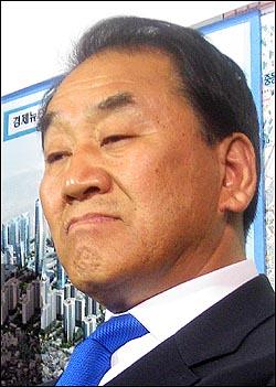 서울 은평을에 출마한 이재오 한나라당 후보가 9일 오후 6시께 서울 구산동 자신의 선거사무소에서 굳은 표정으로 자신이 문국현 창조한국당 후보에게 질 것이라는 내용의 KBS 출구조사 결과를 지켜보고 있다.