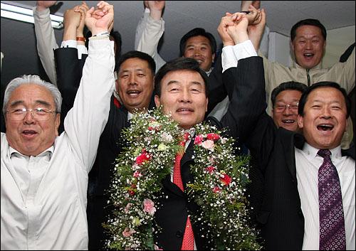 경남에서 유일한 통합민주당 국회의원인 최철국 후보가 9일 실시된 제18대 국회의원 선거에서 당선이 확정되자 지지자들과 함께 만세를 부르고 있다.
