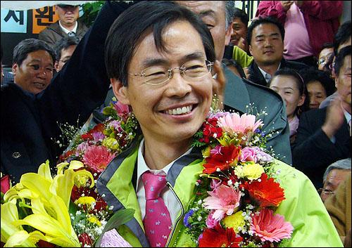 제 18대 국회의원 선거일인 9일 오후 부산 사하을에 출마한 통합민주당 조경태 후보가 재선에 성공한 뒤 지지자들의 환호에 답하고 있다.