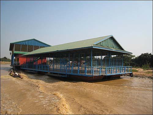 톤레샵 호수 위의 학교 톤레샵 수상촌은 한국 등 구호단체의 도움으로 운동장까지 갖춘 수상학교를 운영하고 있다.