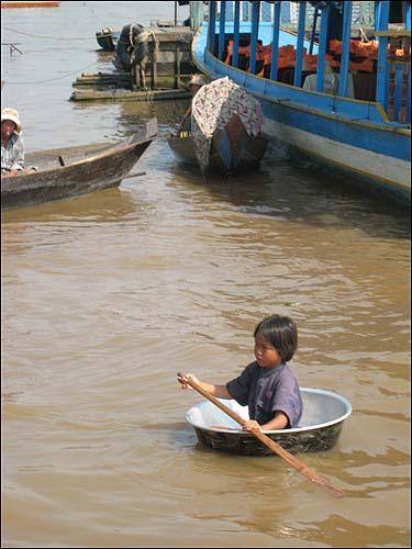 대야를 타고 놀러가는 아이 아이들에게 호수는 놀이터요. 어머니의 품이다.