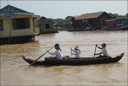 배를 저어 학교에 가는 아이들 물 위에 있는 학교에 가기 위해서는 배를 타고 이동해야 한다.