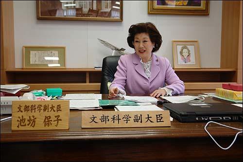 """""""한국인이 한국어를 제대로 못하면 전혀 매력 없죠"""" 일본 문부과학성의 이케노보오 야스코 부대신은 """"일본에서는 영어보다 국어(일본어)를 더 소중히 하자는 여론이 많다""""고 말하고 """"한국인이 한국어를 제대로 하지 못하면 전혀 매력이 없을 것""""이라고 밝혔다. 또 """"한국어를 정확하게 말하고, 이해하는 사람이 영어를 진정으로 구사할 수 있다""""고 덧붙였다."""