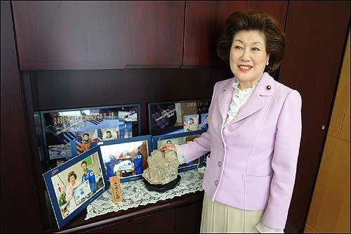 """""""일본 과학기술 발전의 원동력은 독서의 힘!"""" 일본 문부과학성의 이케노보오 야스코 부대신이 일본 우주인들과 함께 촬영한 사진들 앞에서 활자문화의 중요성에 대해 설명하고 있다. 이케노보오 야스코 부대신은 """"일본의 경제, 과학기술이 발전한 원동력은 영어교육이 아니라 독서의 힘에 있다""""고 밝혔다."""