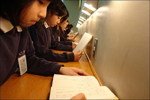"""""""문자의 힘! 독서의 힘!"""" 일본 도쿄 근교의 소카초등학교 학생들이 도서관에서 책을 읽고 있다. 일본 국회는 청소년들이 독서와 신문읽기를 소홀하게 여기는 현상을 극복하기 위해 2005년에 '활자문화진흥법'을 제정하여 아침독서운동, 북 스타트 운동 등을 활발하게 전개하고 있다."""