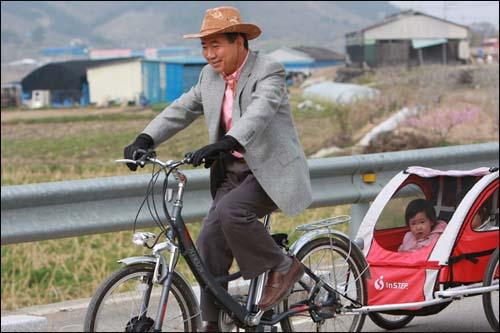 노무현 전 대통령은 13일 자전거에 두 꼬마를 태우고 산책하며 한가로운 시간을 보냈다.