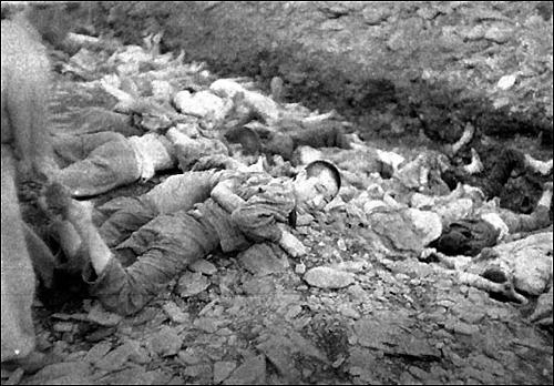 미 정보장교가 대전 산내학살 현장을 촬영해 미국정부에 보고한 사진. 미 정부는 1999년까지 50년동안 관련 자료와 사진을 공개하지 않았다. 사진은 재미 4.3연구가인 이도영 박사에 의해 1999년 세상에 드러났다.
