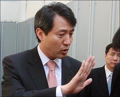 15일 오전 서울시청을 나서는 오세훈 시장이 뉴타운 추가 지정에 대한 '말바꾸기 의혹'에 대한 기자의 질문에 '자신의 입장은 일관되어 왔다'고 말하고 있다.