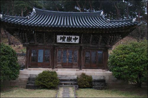 중악단 본전. 현판은 조선 후기 문신 이중하(1846∼1917)가 쓴 것이다.