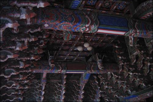 중악단 천장 가구. 종보보다 약간 아래에 우물천장을 설치했다.