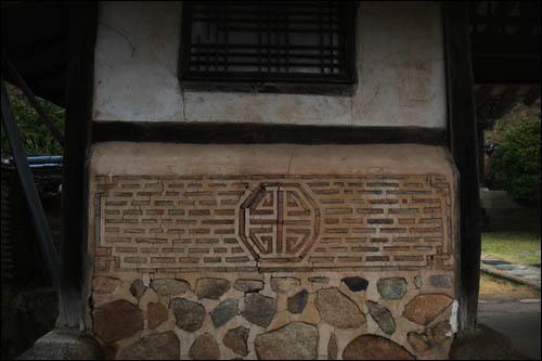 중문간채의 화방벽.