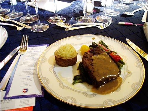 17일 이명박 대통령의 만찬 테이블에 오른 '몬테나'산 쇠고기 요리.