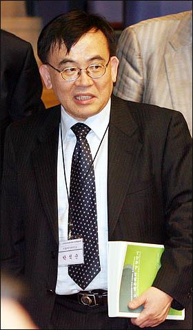 대운하 찬성측의 박석순 이화여대 환경공학과 교수가 18일 서울대에서 열린 한국환경영향평가학회 춘계 학술발표대회에 참석, 반대측과의 토론 테이블에 입장하고 있다.