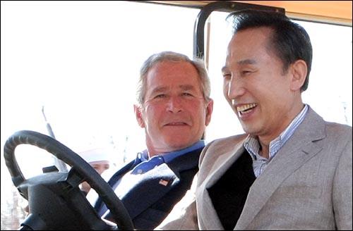 내가 운전하겠다. I drive     (캠프 데이비드=연합뉴스) 배재만 기자 = 이명박 대통령이 18일 오후(현지시각)  워싱턴D.C  북쪽 메릴랜드주 미 대통령 공식별장인 캠프 데이비드에 도착, 조지 부시 대통령을 옆자리에 태운 채 골프 카트를 운전해 이동하고 있다.      http://blog.yonhapnews.co.kr/f6464     scoop@yna.co.kr (끝)