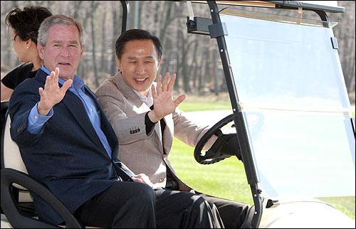 """""""내가 운전하겠다"""" 이명박 대통령이 18일 오후(현지시각)  워싱턴D.C  북쪽 메릴랜드주 미 대통령 공식별장인 캠프 데이비드에 도착, 조지 부시 대통령을 옆자리에 태운 채 골프 카트를 운전해 이동하고 있다."""