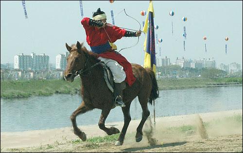 뒤를 돌아 보며 활쏘기  마상무예의 꽃인 기사를 시험하는 장면이다. 이처럼 달리는 말에서 뒤를 돌아보며 쏘는 것을 배사법 혹은 파르티안샷이라고도 한다.