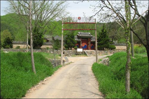 관동리 마을 뒷편 산기슭에 있는 연산향교.