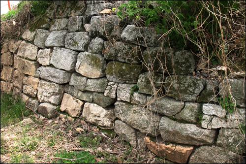 함지봉 정상 장대지에 남아 있는 석축.
