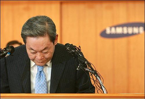 이건희 삼성그룹 회장이 22일 오전 서울 태평로 삼성본관 국제회의장에서 열린 경영쇄신안 발표 기자회견에서 '대국민 사과 및 퇴진 성명'을 발표하기에 앞서 고개숙여 인사를 하고 있다.