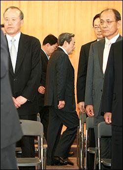 이건희 삼성그룹 회장이 22일 오전 서울 태평로 삼성본관 국제회의장에서 열린 경영쇄신안 발표 기자회견에서 '대국민 사과 및 퇴진 성명'을 발표한 뒤 퇴장하고 있다.