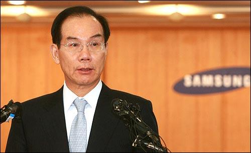 이학수 전략기획실장이 22일 오전 서울 태평로 삼성본관 국제회의장에서 열린 '삼성그룹 경영쇄신안 발표 기자회견'에서 기자들의 질문에 답변을 하고 있다.